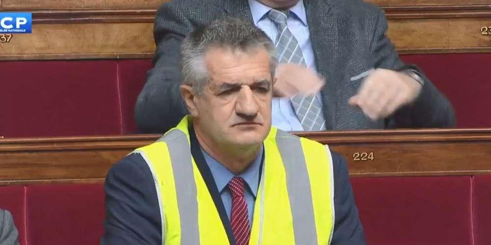 Jean Lassalle enfile un gilet jaune à l'Assemblée nationale
